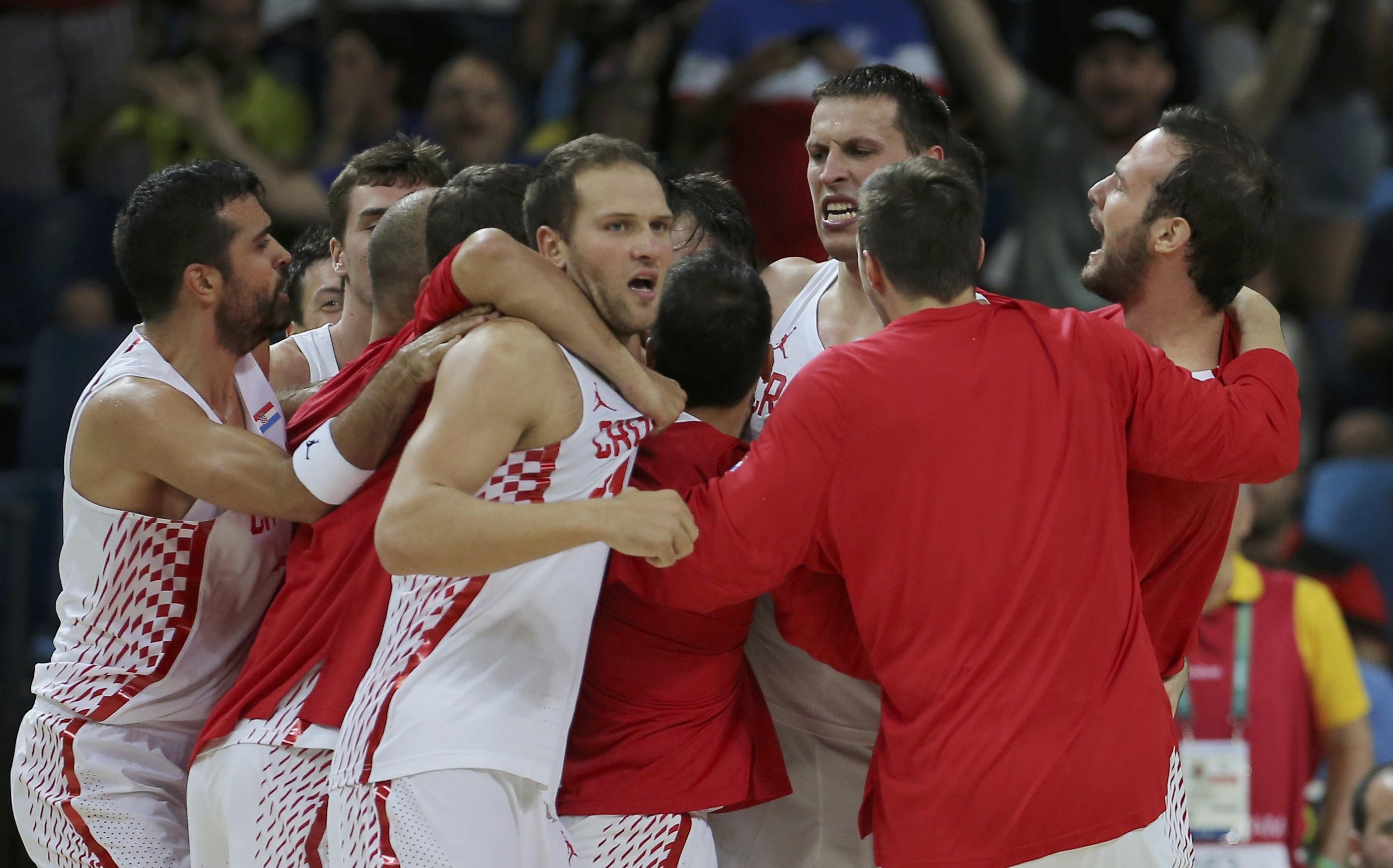 Hrvatski košarkaši slave pobjedu protiv Španjolske