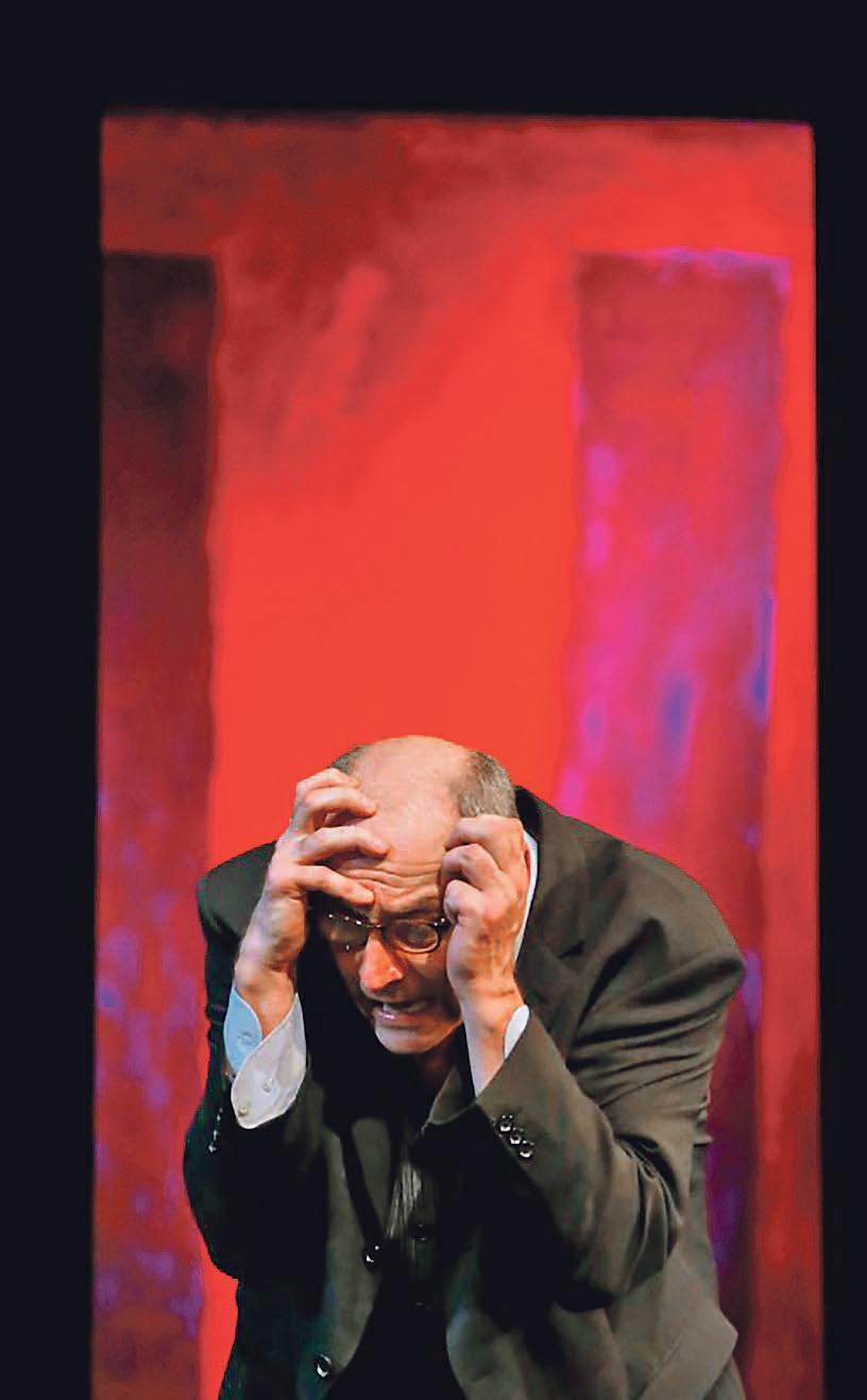 Siniša Popović na sceni sa crno-crvenim tragovima djela Marka Rotha