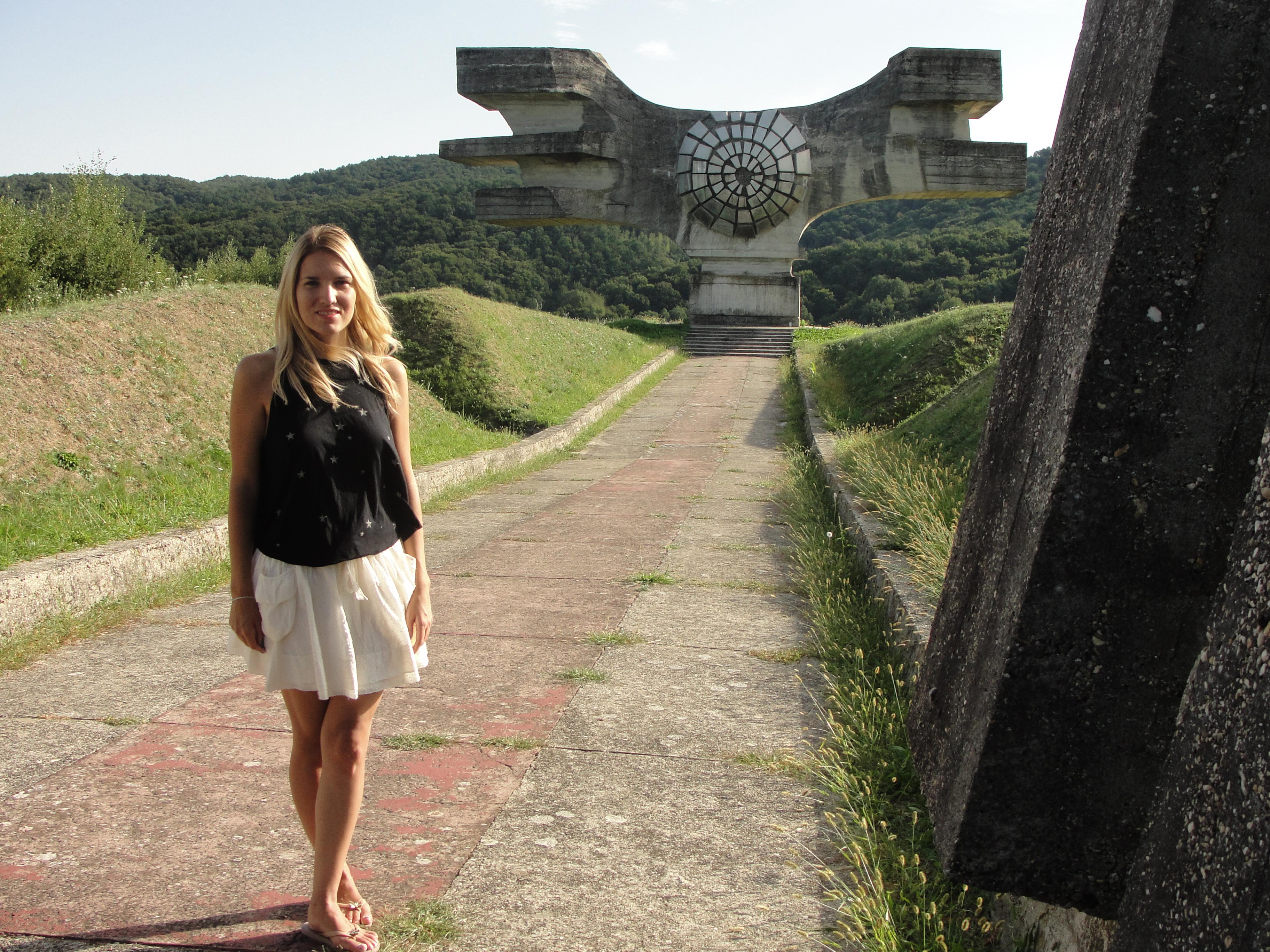 Irena Škorić ispred skulpture Dušana Džamonje u Podgariću