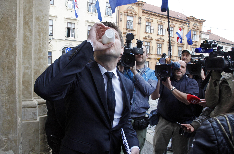 Udruga obiteljskih poljoprivrednih gospodarstava Hrvatske - Život dijelila je proljetos mlijeko ministrima kako bi upozorila na dampinške cijene uvoznog mlijeka
