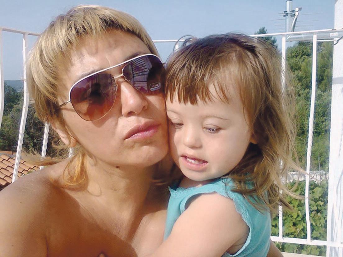 Mama Dušica Martinović iz Petrinje među prvima je javno objavila da je njezinoj kćerki Zari (3), rođenoj sa sindromom Down, nakon novog vještačenja ukinuta osobna invalidnina u iznosu od 1250 kuna mjesečno, iako je njezino stanje trajno i nepromijenjeno