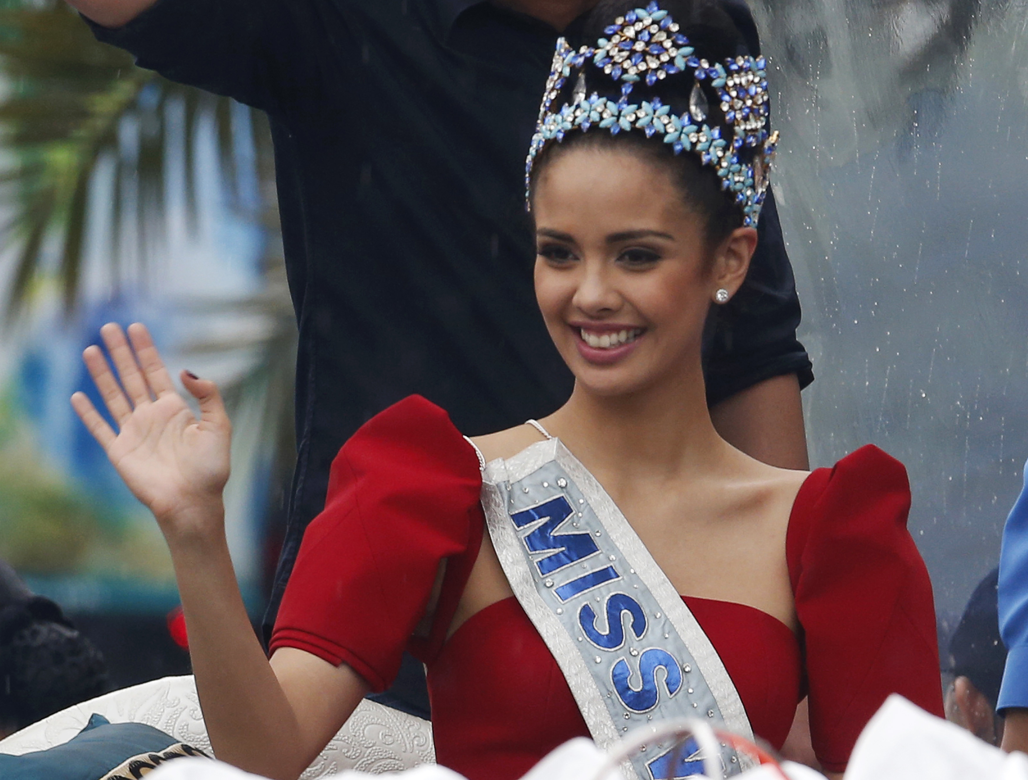 Miss World 2013 Megan Young of the Philippines waves to fans during her victory parade in Manila's Makati financial district October 11, 2013.   REUTERS/Erik De Castro (PHILIPPINES - Tags: ENTERTAINMENT SOCIETY) - RTX1472Z