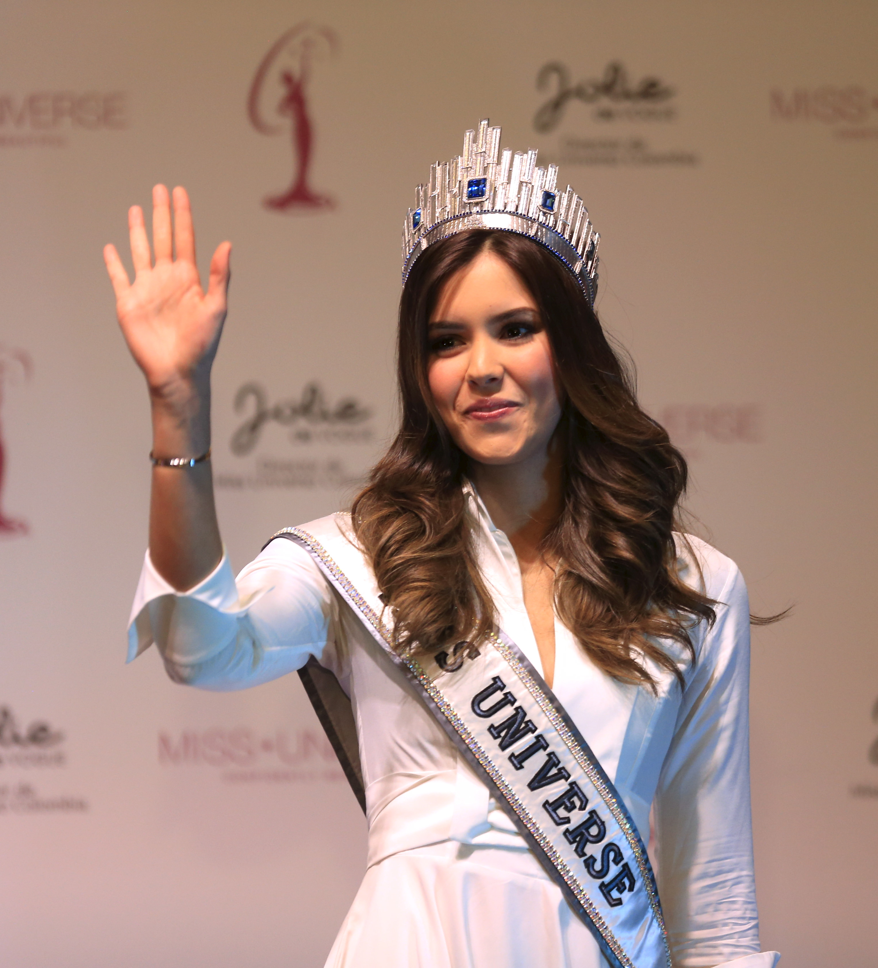 Colombia's Miss Universe Paulina Vega greets fans during a news conference in Bogota, Colombia April 27, 2015.  REUTERS/Jose Miguel Gomez   - RTX1AK08