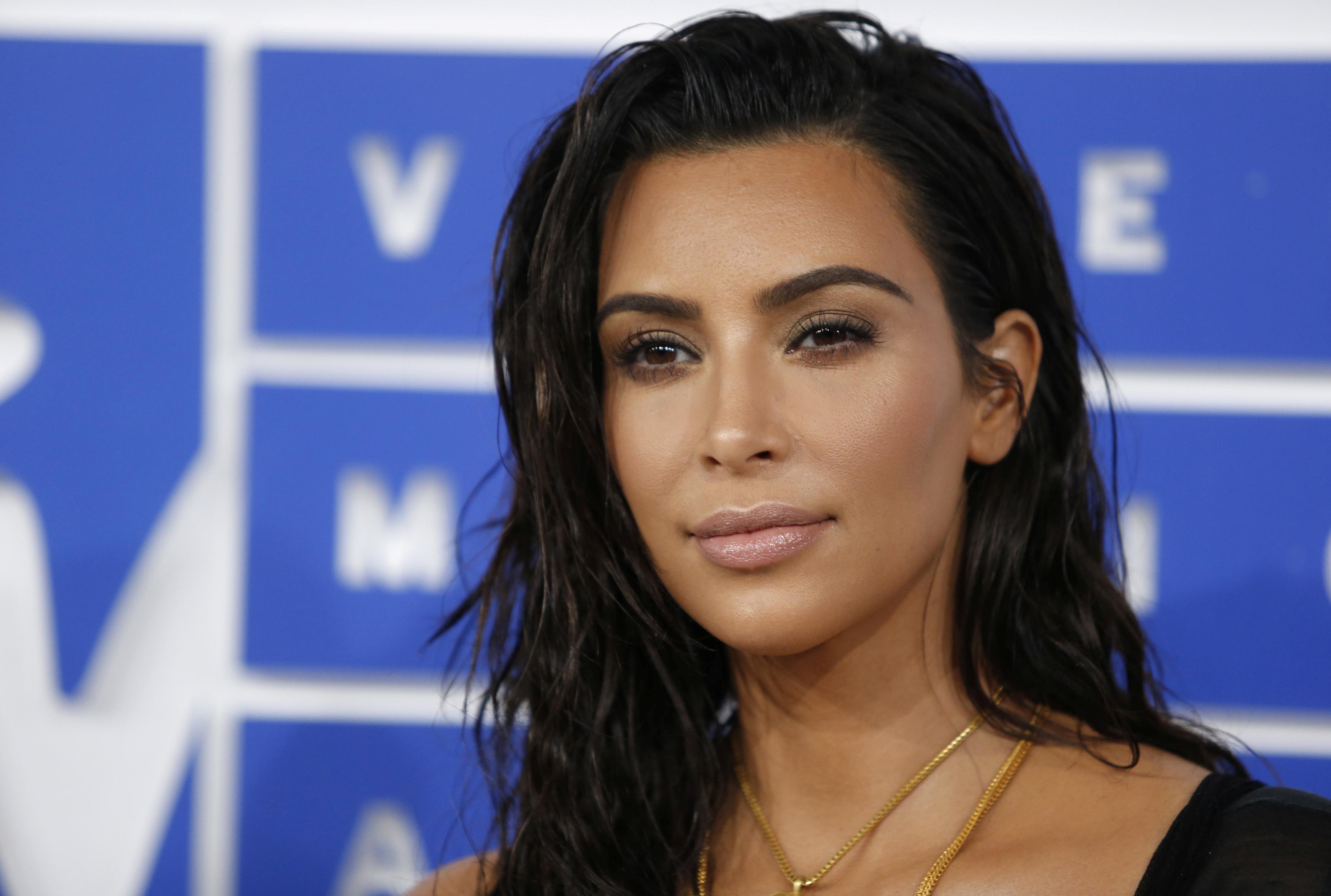 FILE PHOTO: Kim Kardashian arrives at the 2016 MTV Video Music Awards in New York, U.S., August 28, 2016.  REUTERS/Eduardo Munoz/File photo - RTX2QAI5