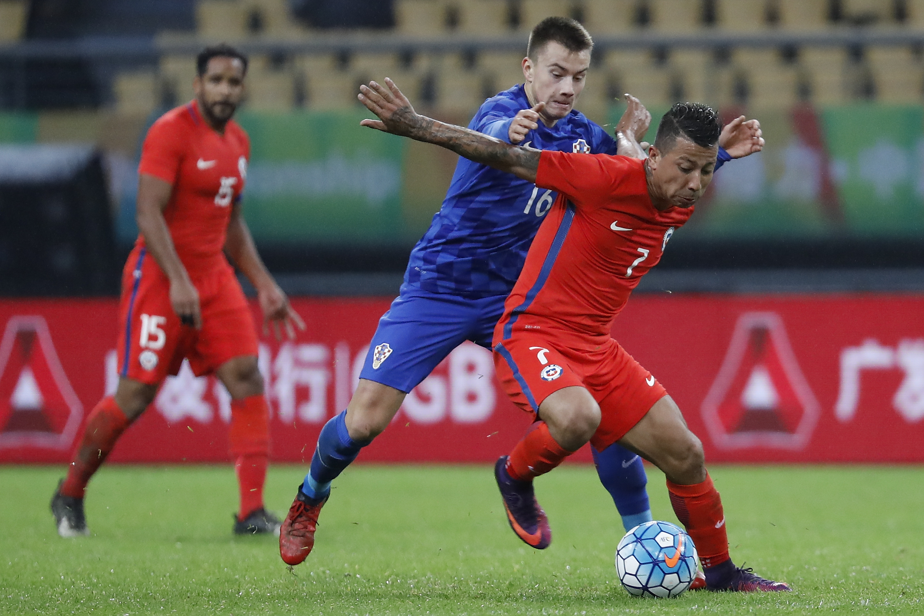 NANNING, CHINA - JANUARY 11:  Leonardo Valencia (R) of Chile challenges  Fran Tudor of Croatia during the 2017 Gree China Cup International Football Championship match between Croatia and Chile at Guangxi Sports Center on January 11, 2017 in Nanning, China.  (Photo by Lintao Zhang/Getty Images)