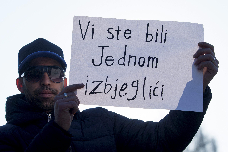 Zagreb, 020117. Izbjeglice iz hotela Porin prosvjeduju zbog cestih fizickih napada na njih. Na fotografiji: izbjeglice pred hotelom Porin. Foto: Tomislav Kristo / CROPIX