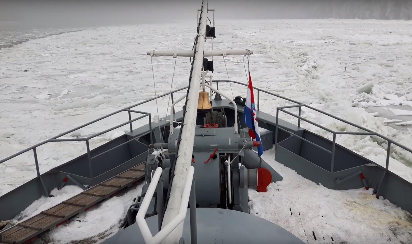 Ledolomac prolazi kroz led na Dunavu kod Dalja