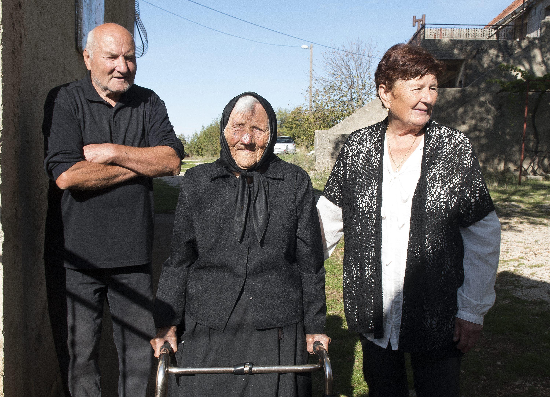 Na fotografiji: baka Anđa Perić sa sinom Vladom i nevjestom Ivom Perić