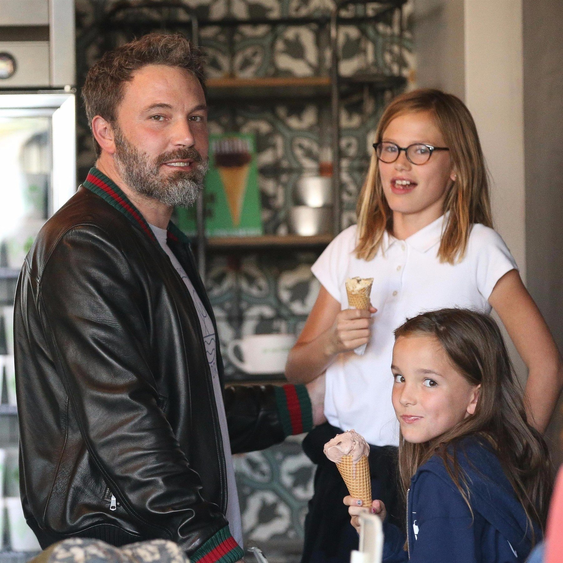 Beverly Hills, CA  - Former couple Ben Affleck and Jennifer Garner reunite to take their daughters Violet and Seraphina out for ice cream at Rori's in Santa Monica. Ben made sure to hug Jennifer and kiss her on the head but Jennifer looked to not enjoy the PDA.  Pictured: Ben Affleck, Jennifer Garner  BACKGRID USA 11 OCTOBER 2017   USA: +1 310 798 9111 / usasales@backgrid.com  UK: +44 208 344 2007 / uksales@backgrid.com  *UK Clients - Pictures Containing Children Please Pixelate Face Prior To Publication*, Image: 352747923, License: Rights-managed, Restrictions: , Model Release: no, Credit line: Profimedia, AKM-GSI