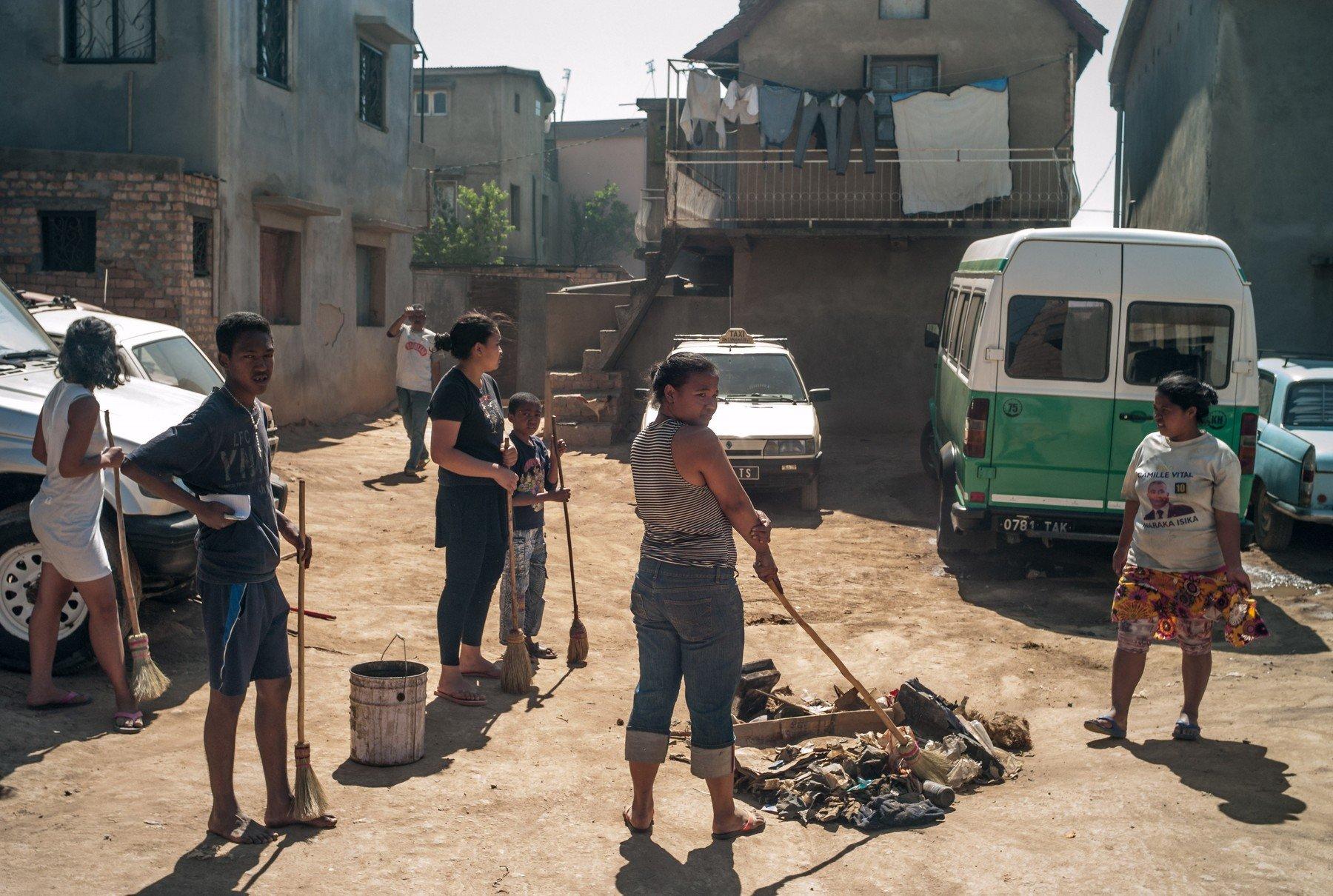 Stanovništvo u Antananarivu na Madagaskaru čisti susjedstvo i pali 'sumnjive' predmete