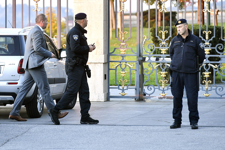 Zagreb, 161017. Rano jutros zapocela je akcija Agrokor,  policijski istrazitelji usli su nesto prije 6 sati u Kulmerove dvore. Na fotografiji: odvjetnik Nikola Mandic. Foto: Boris Kovacev / CROPIX