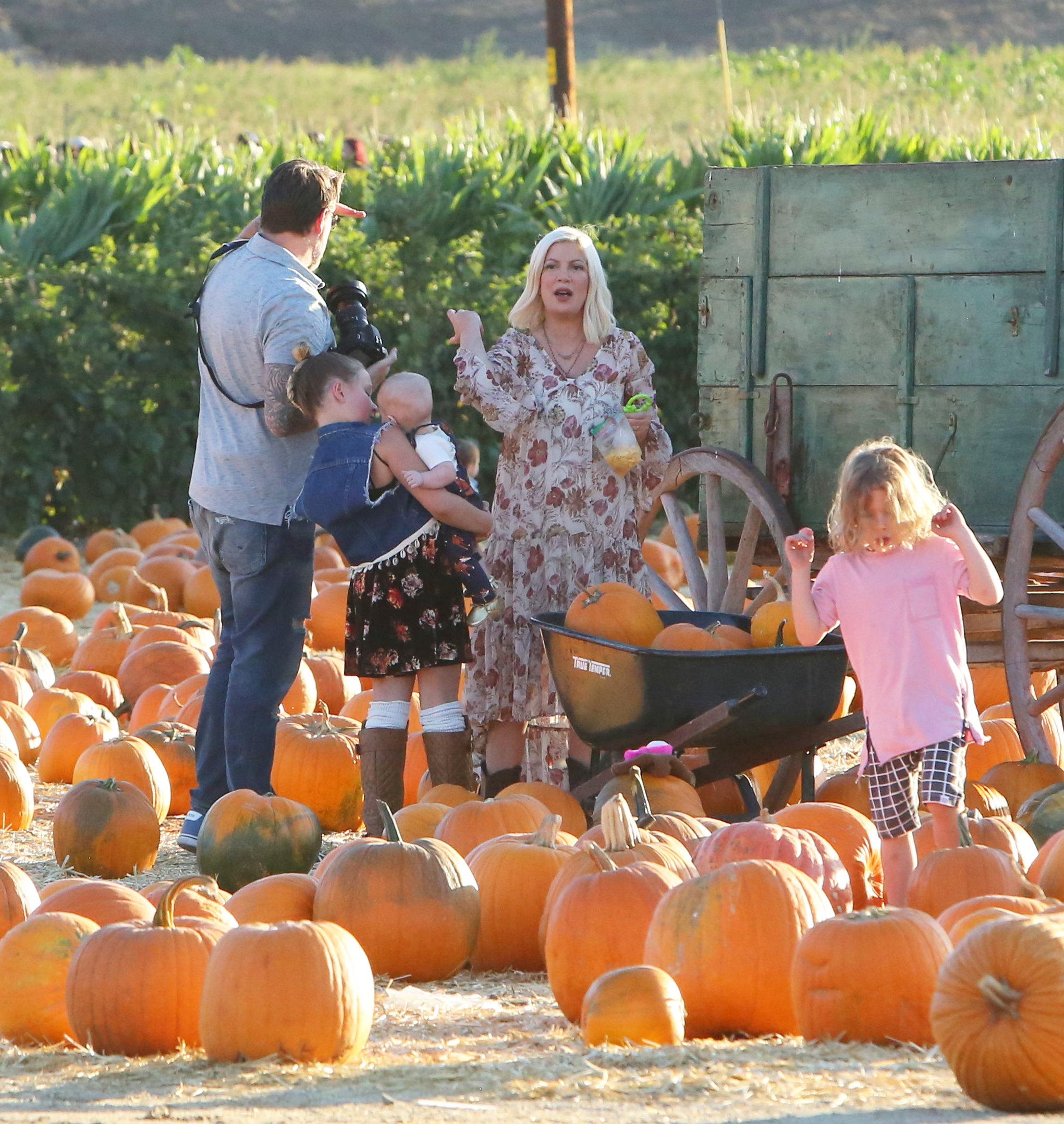 x17_tori_spelling_pumpkin_101517_16