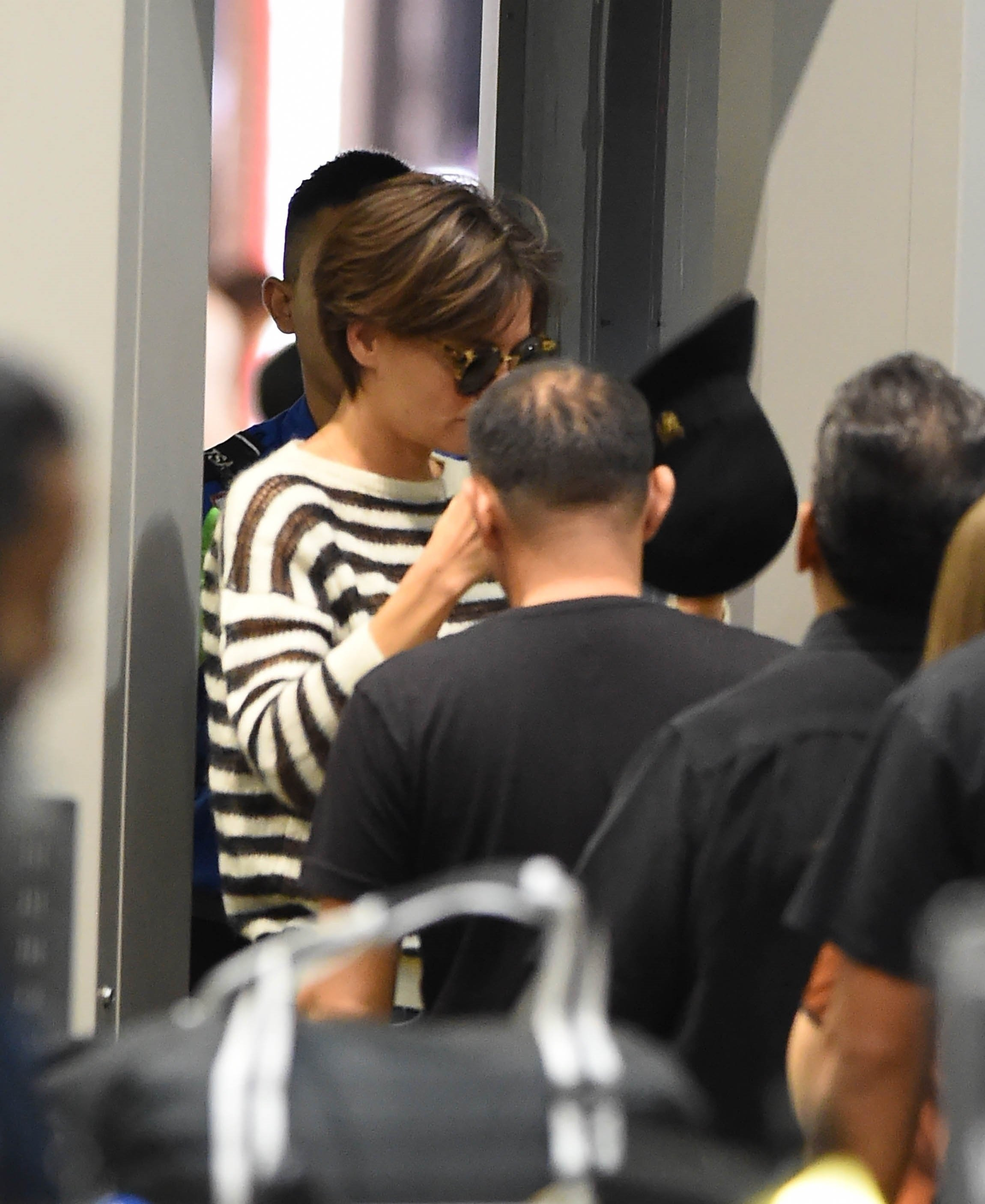 Los Angeles, CA  - Katie Holmes debuts a new short haircut as she heads through LAX. Katie tried to hide underneath a wide brimmed black hat and glasses but had remove the hat and glasses when going through security.  Pictured: Katie Holmes    *UK Clients - Pictures Containing Children Please Pixelate Face Prior To Publication*, Image: 353465038, License: Rights-managed, Restrictions: , Model Release: no, Credit line: Profimedia, AKM-GSI