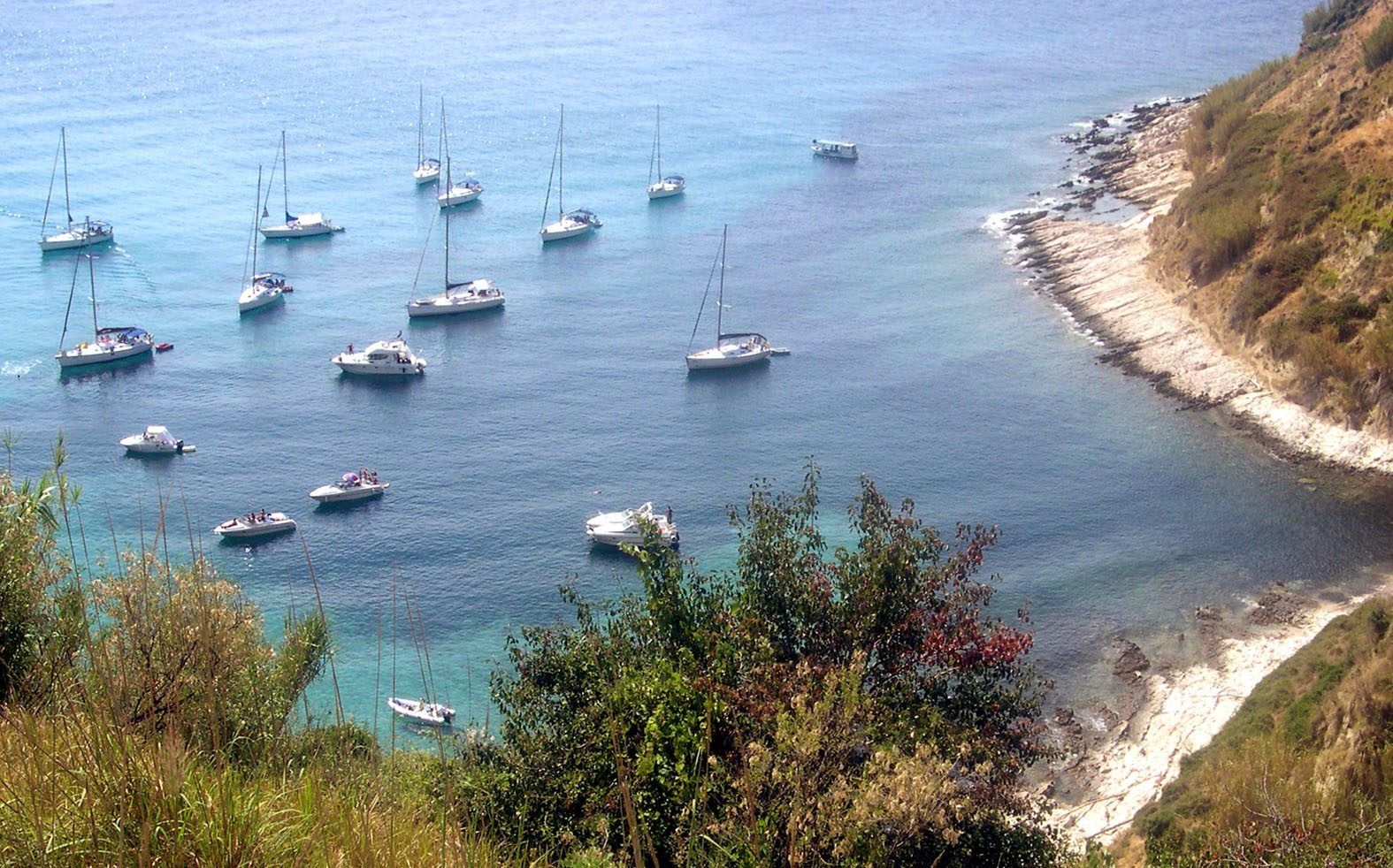 susak, 18082006 nauticari turisti zaljev stara luka guzva foto: srdan vrancic -pok-