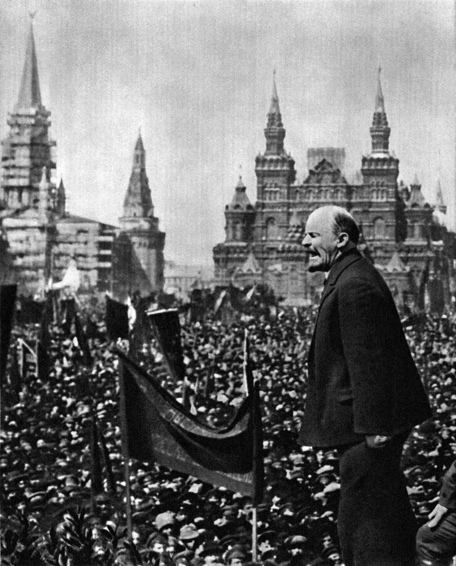 U Oktobarskoj revoluciji boljševici su svrgnuli s vlasti Privremenu vladu koja je došla na vlast Februarskom revolucijom i sami preuzeli vlast