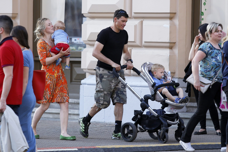 U šetnji Zagrebom sa suprugom Elin i sinovima.
