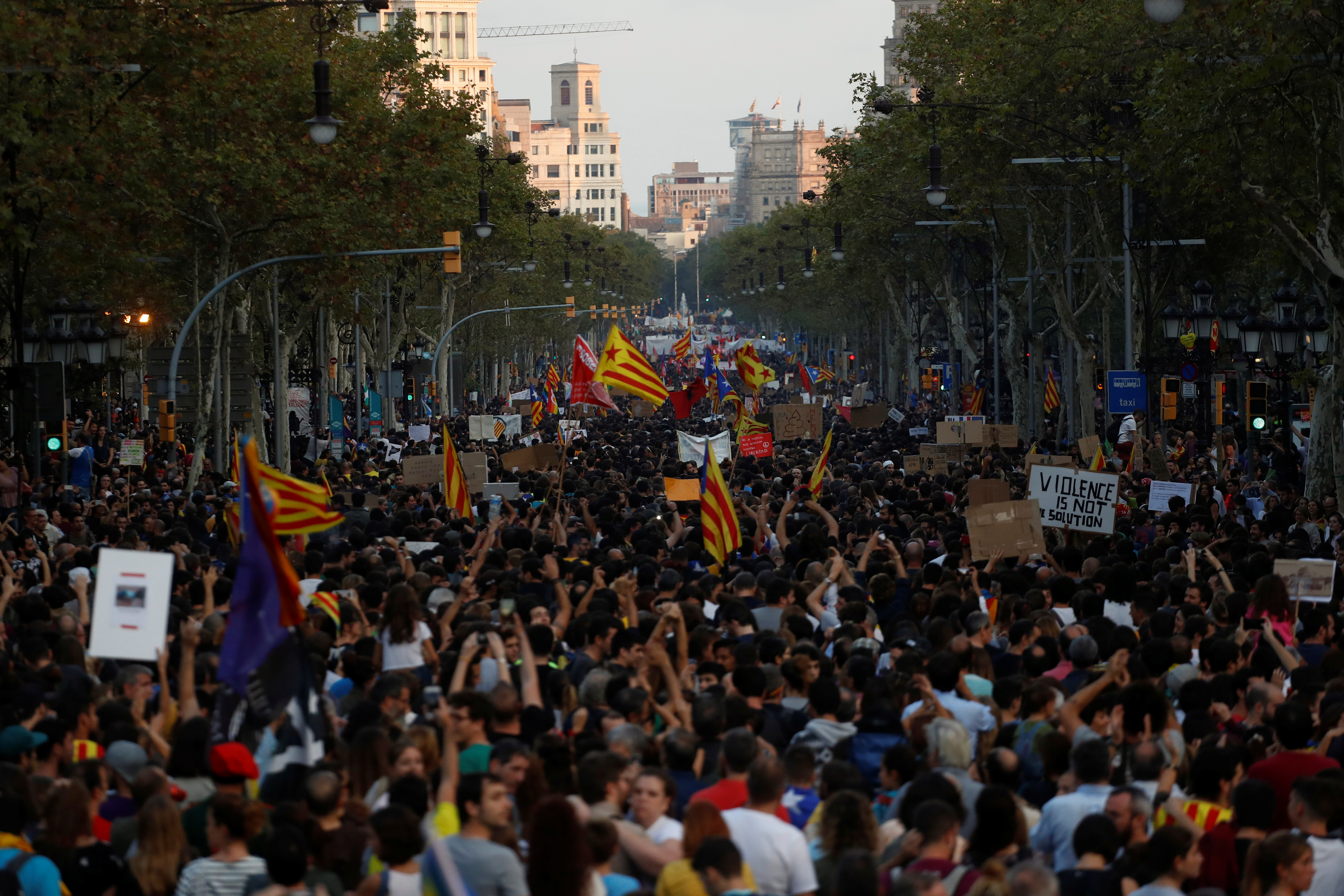 People attend a demonstration two days after the banned independence referendum in Barcelona, Spain, October 3, 2017. REUTERS/Juan Medina - RC14DC7437D0