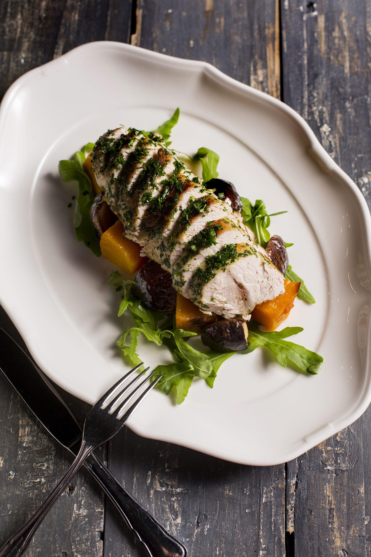 Jesenska salata od mariniranih purećih prsa s bučom i vrganjima.