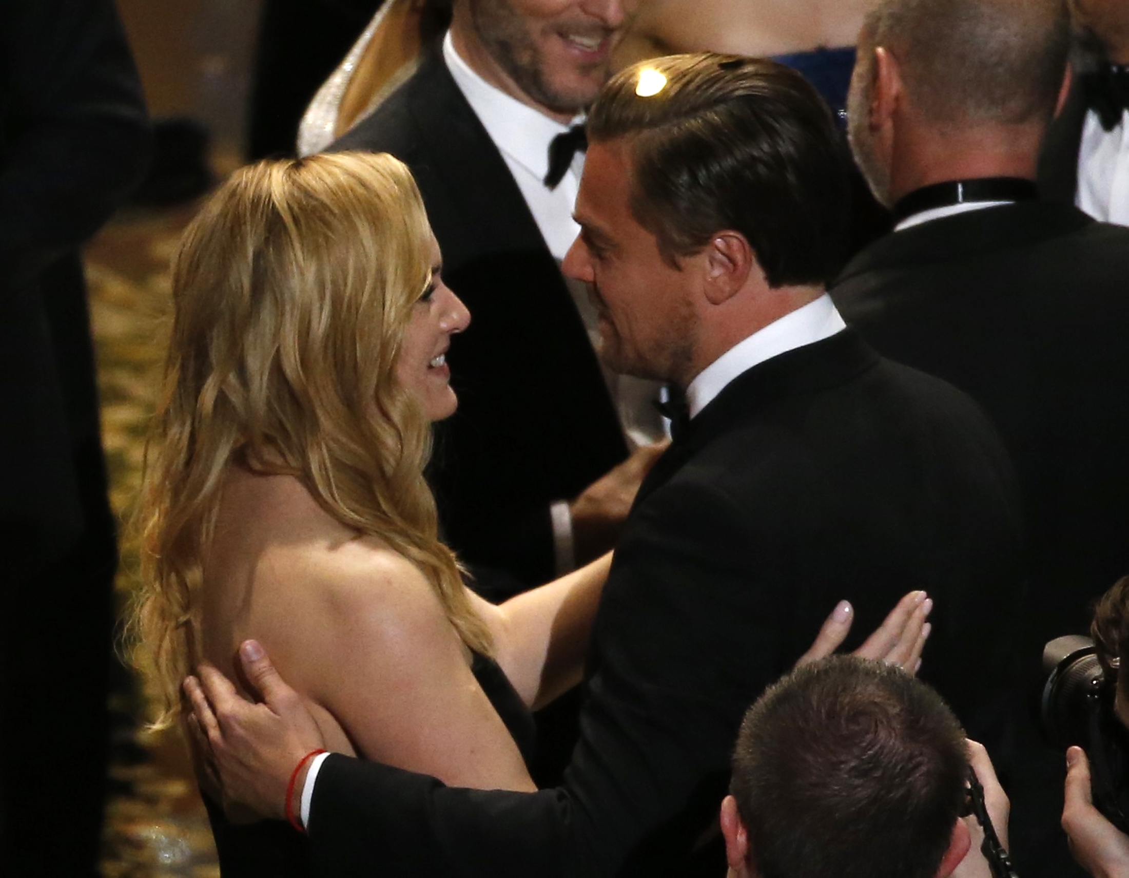 Leonardo DiCaprio and Kate Winslet (L) talk after the end of the award ceremony at the 88th Academy Awards in Hollywood, California February 28, 2016.   REUTERS/Mario Anzuoni   - TB3EC2T0EQCXN