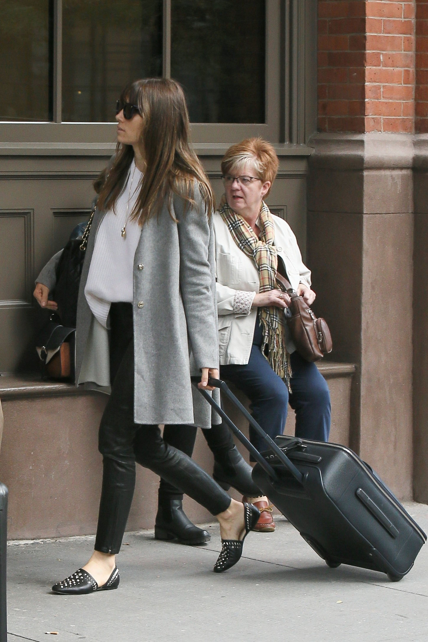 New York, NY  - Jessica Biel was spotted carrying her luggage as she arrived at her NYC pad this afternoon wearing a gray maxi cardigan over a white sweater, black leather skinny trousers and studded flats.  Pictured: Jessica Biel    *UK Clients - Pictures Containing Children Please Pixelate Face Prior To Publication*, Image: 352829246, License: Rights-managed, Restrictions: , Model Release: no, Credit line: Profimedia, AKM-GSI