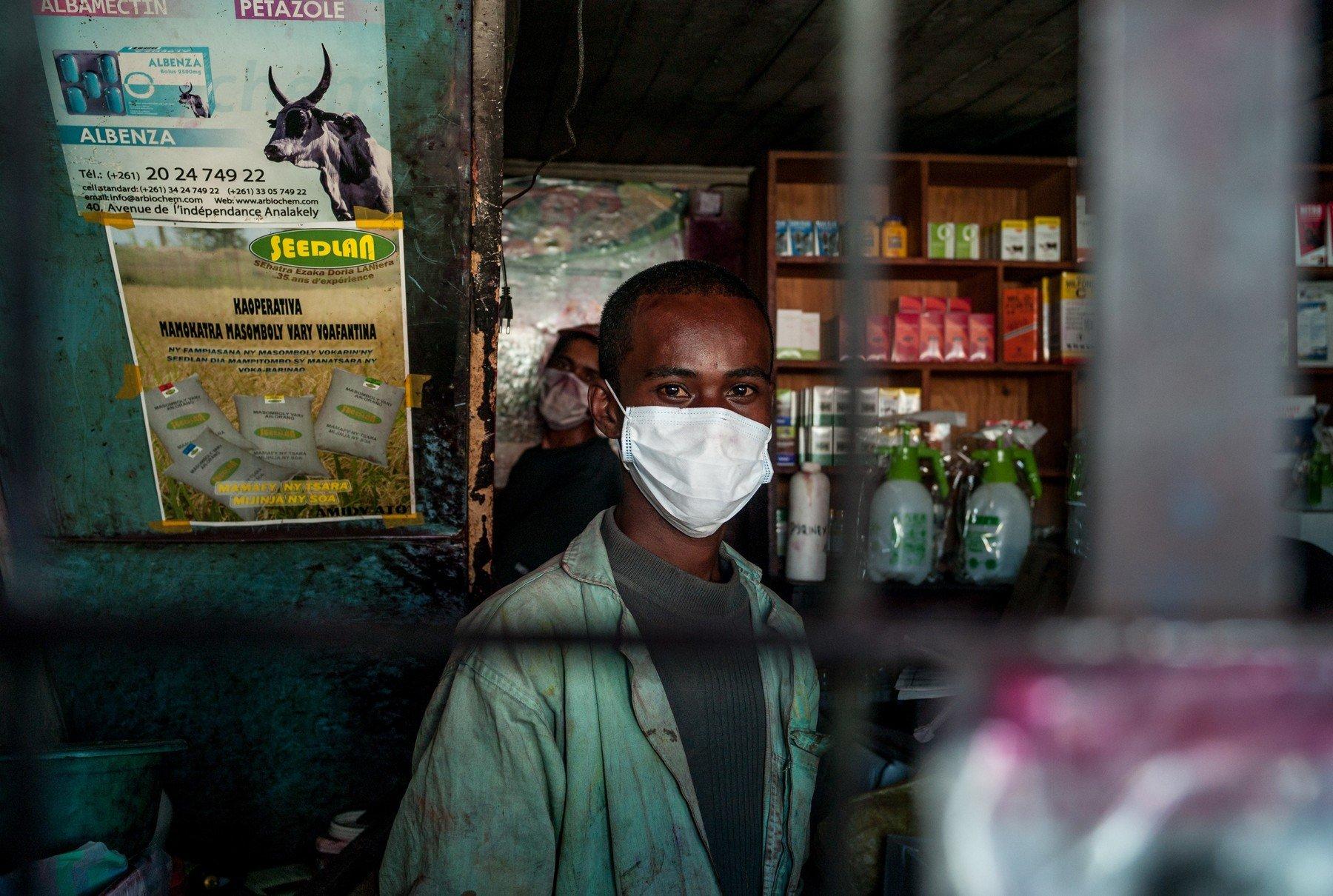 Ljudi na Madagaskaru nose maske i na radnim mjestima