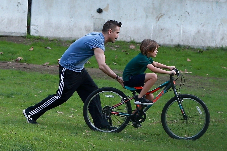 Colin Farrell uči sina Henryja voziti bicikl, LA, 15. studeni 2017
