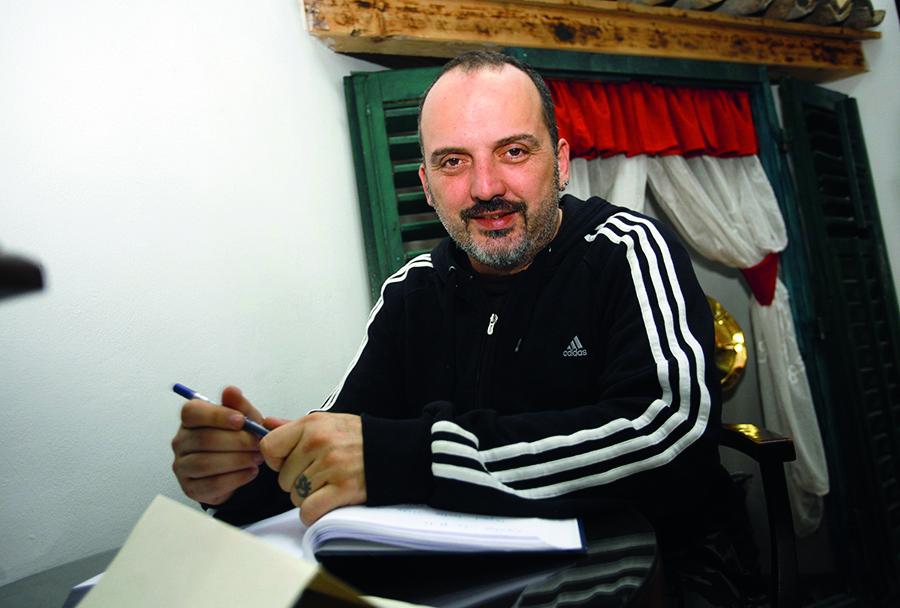 Opatija, 171212. Tony Cetinski jutros je bio gost na dorucku u Ugostiteljskoj skoli Opatija. Rijec je o projektu (U)gosti na dorucku koji za cilj ima promociju dorucka kao najvaznijeg dnevnog obroka, a spravljaju ga ucenici od autohtonih namirnica. Cetinskom su se u dorucku pridruzili ucenici skole, gradonacelnik Opatije Ivo Dujmic i ravnatelj Damjan Miletic.  Na fotografiji: Tony Cetinski se upisuje u knjigu dojmova. Foto: Tea Cimas / Cropix