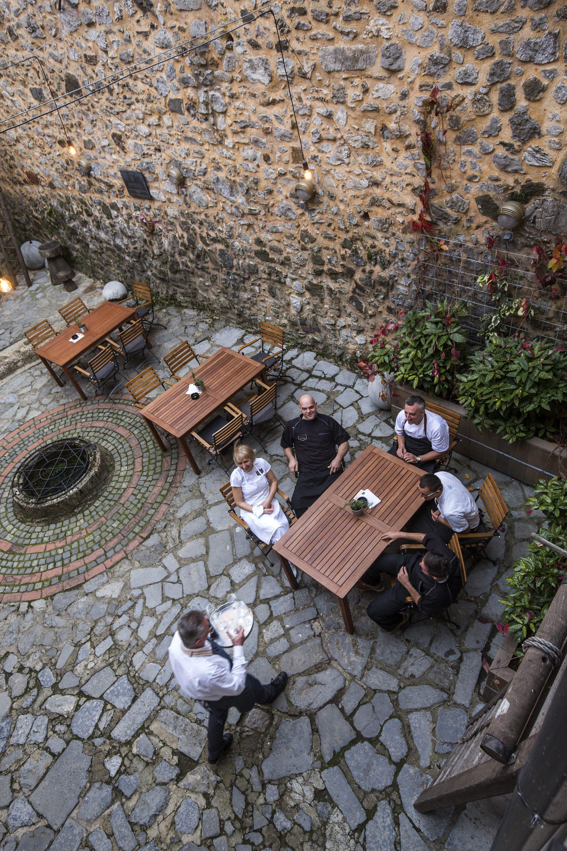 Karlovac 021117. Poznati chef Zoran Gajic osmislio je kuhinju u novom resotanu Kastel unutar starog grada Dubovca u Karlovcu. Gajic je poznati kuhar iz afirmiranih zagrebackih restorana. Koncept kuhinje je vrhunska jela s domacim namirnicama, tako sami rade suhomesnate proizvode, domacu zimnicu, djemove. Foto: Berislava Picek/ CROPIX