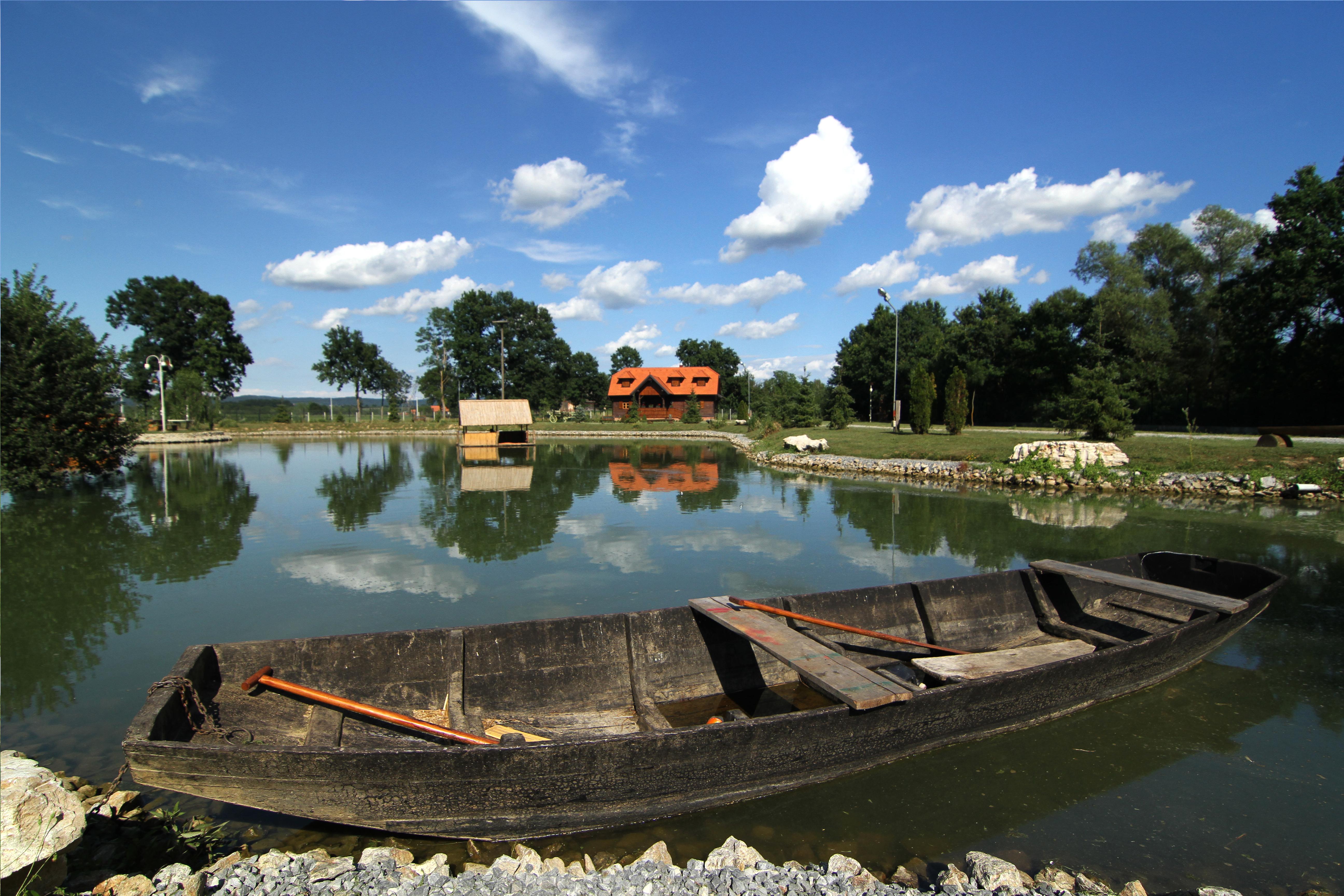 Gosti mogu uživati u vožnji čamcem po jezercu
