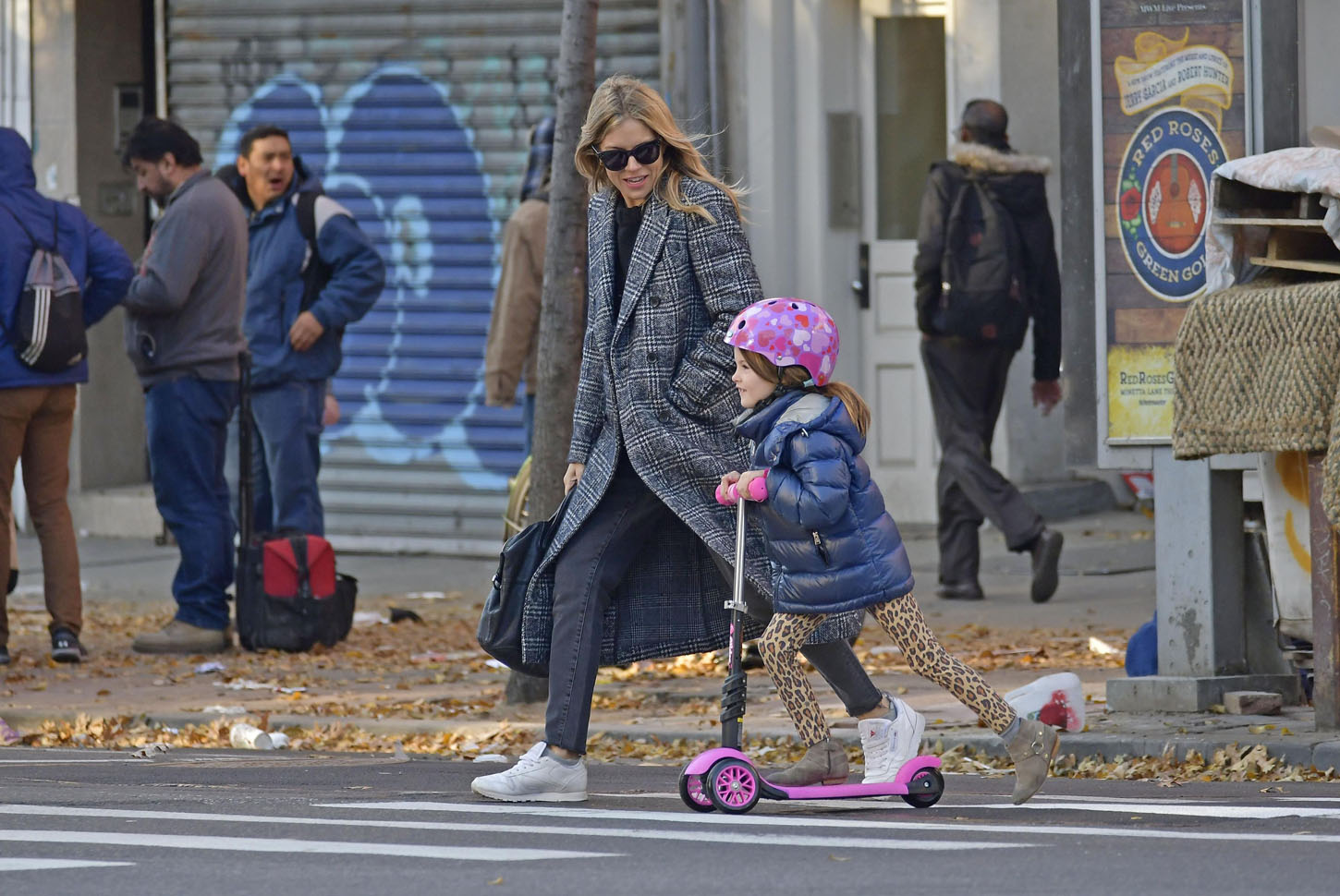 172385, EXCLUSIVE: Sienna Miller walks daughter Marlowe Sturridge to school in the West Village in New York City. New York City, New York - Monday November 27, 2017., Image: 356263146, License: Rights-managed, Restrictions: , Model Release: no, Credit line: Profimedia, Pacific coast news