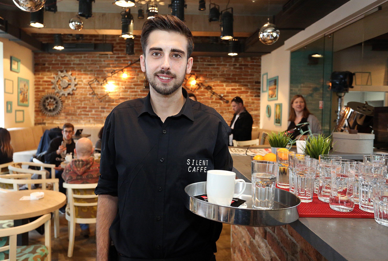 Zagreb, 271117. Kneza Mislava 7. Silent Caffe, prvi kafic koji zaposljava gluhe i nagluhe konobare. Na fotografiji: konobar Emrah Dervisevic. Foto: Davor Pongracic / CROPIX