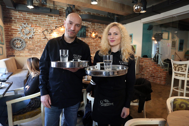 Zagreb, 271117. Kneza Mislava 7. Silent Caffe, prvi kafic koji zaposljava gluhe i nagluhe konobare. Na fotografiji: konobari Lidija Dropulja, Marko Tomasevic. Foto: Davor Pongracic / CROPIX