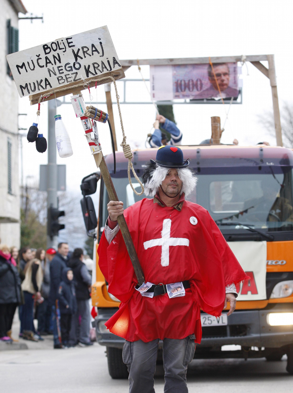 Kastela, 080215. 20. jubilarne Kastelanske maskare u organizaciji karnevalske udruge Polantada. Ovogodisnji krnje je bila mrsava krava kao simbol gradske vlasti koja samo uzima novac. Na fotografiji: objesena udruga Franak. Foto: Duje Klaric / CROPIX