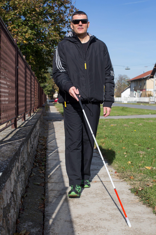 Darda, 021117.  Branimir Gregoran oslijepio je zbog dijabetesa no to ga ne sprecava da vodi normalan zivot. Branimir zivi s majkom Dragicom koja mu pomaze zbog njegove bolesti.  Na fotografiji:Branimir Gregoran s bijelim stapom. Foto: Vlado Kos / CROPIX