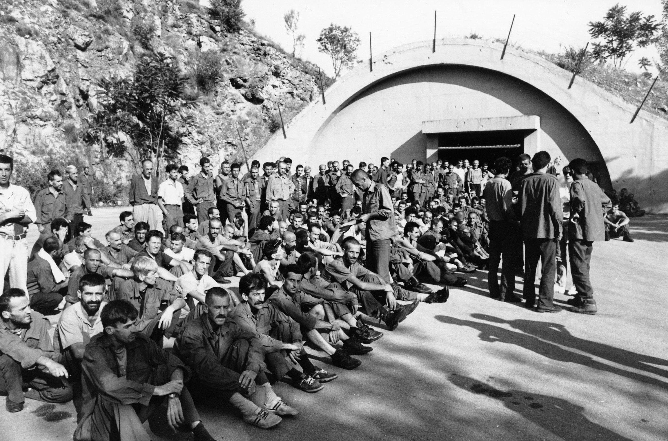 Manje okrutni stražari u Dretelju, svjedočio je Zijad Vujinović, otvorili bi im jednom na tjedan vrata da uđe malo zraka u usijani hangar bivše JNA u kojem su bili natrpani zarobljeni Muslimani