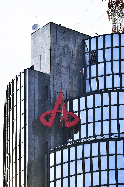 Zagreb, 101217. Radnici skidaju znak Agrokora s Ciboninog tornja nakon sto je uprava firme preselila na drugu lokaciju. Foto: Boris Kovacev / CROPIX