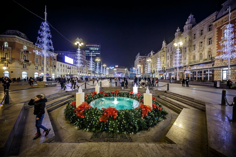 Zagreb, 061217.  Zagreb u adventsko vrijeme je dokazano jedno od najljepsih bozicnih destinacija u Europi. Na fotografiji: Trg bana Josipa Jelacica. Foto: Zvonimir Barisin / CROPIX
