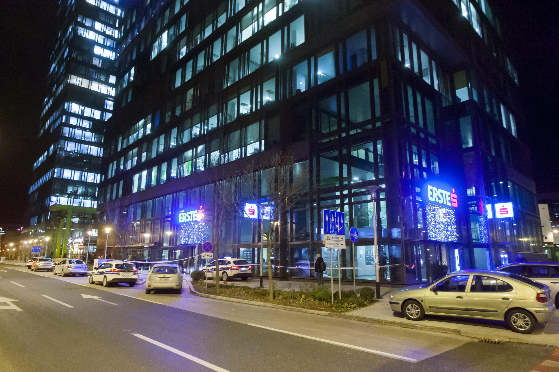 Zagreb, 111217. Ivana Lucica. Policijski ocevid nakon pljacke ispred Erste banke. Foto: Tomislav Kristo / CROPIX