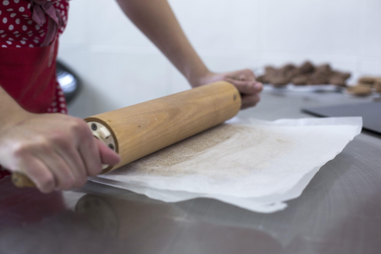 Zagreb, 231117. Vlasnica ducana zdrave hrane Greencajg Marija Sumak napravila je kolace koje nudi u svom ducanu; kolaci su bez jaja i sadrzavaju zdrave namirnice. Okruglice, keksi s cokoldaom, kiflice, zdravu varijaciju kolaca madjarice, vocne kosarice, orahnjaca i makovnjaca i torta. Foto: Berislava Picek/ CROPIX