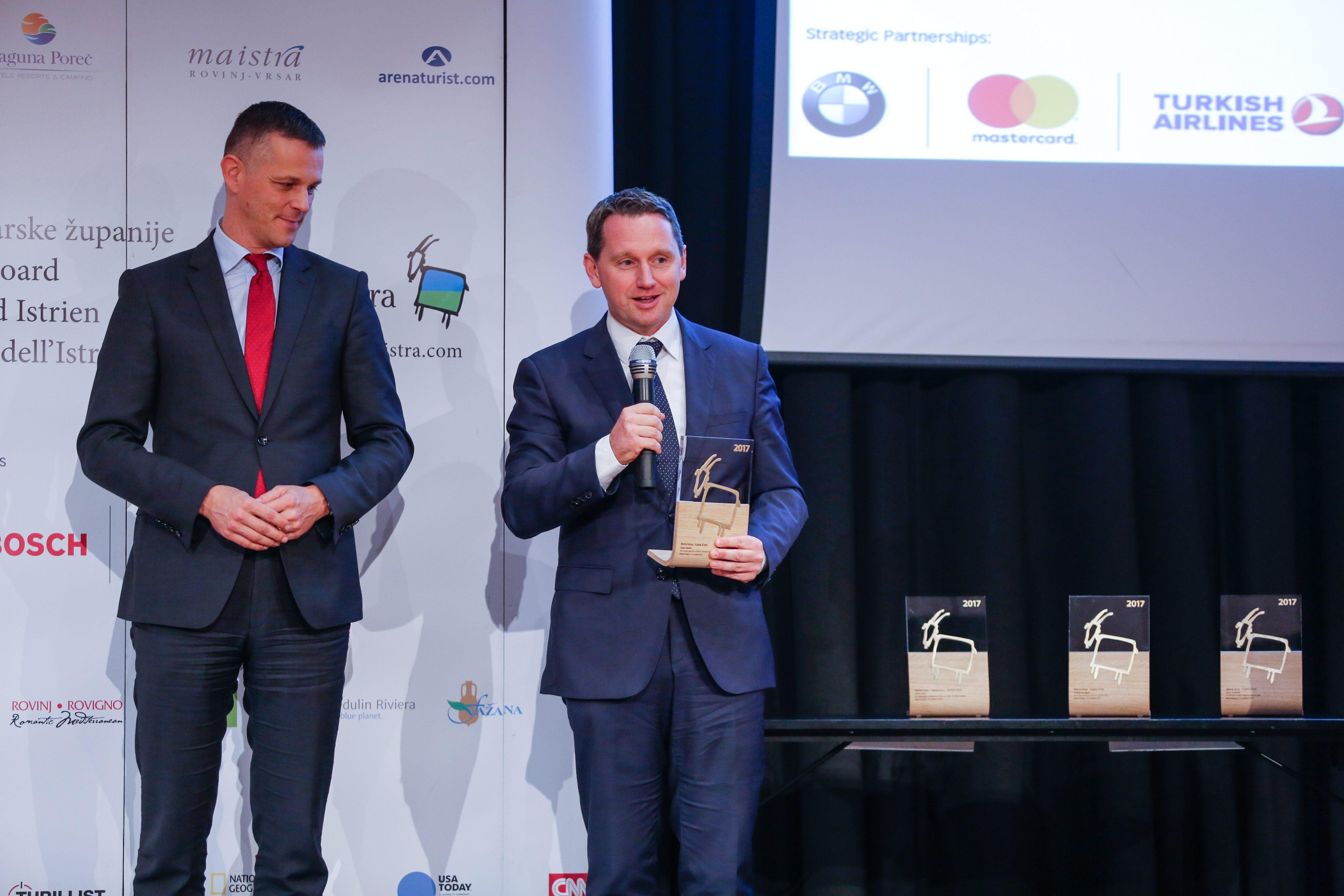 Željko Kukurin (desno) preuzima godišnju nagradu Zlatna koza