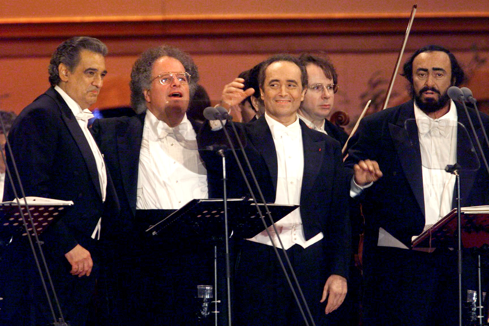 World famous operatic trio Placido Domingo (L) Jose Carreras (3rd L) Luciano Pavarotti (R) salute with conductor James Levine (2nd L) after their concert which kicks off the celebrations for the Soccer World Cup final weekend in front of the Eiffel tower July 10.  PW/AA - RP1DRIFYEQAD