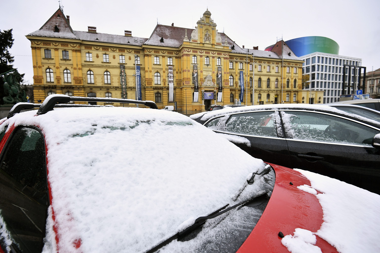 Zagreb, 091217. Gradjane metropole nakon kisne noci doceko je prvi ovosezonski snijeg. Foto: Boris Kovacev / CROPIX