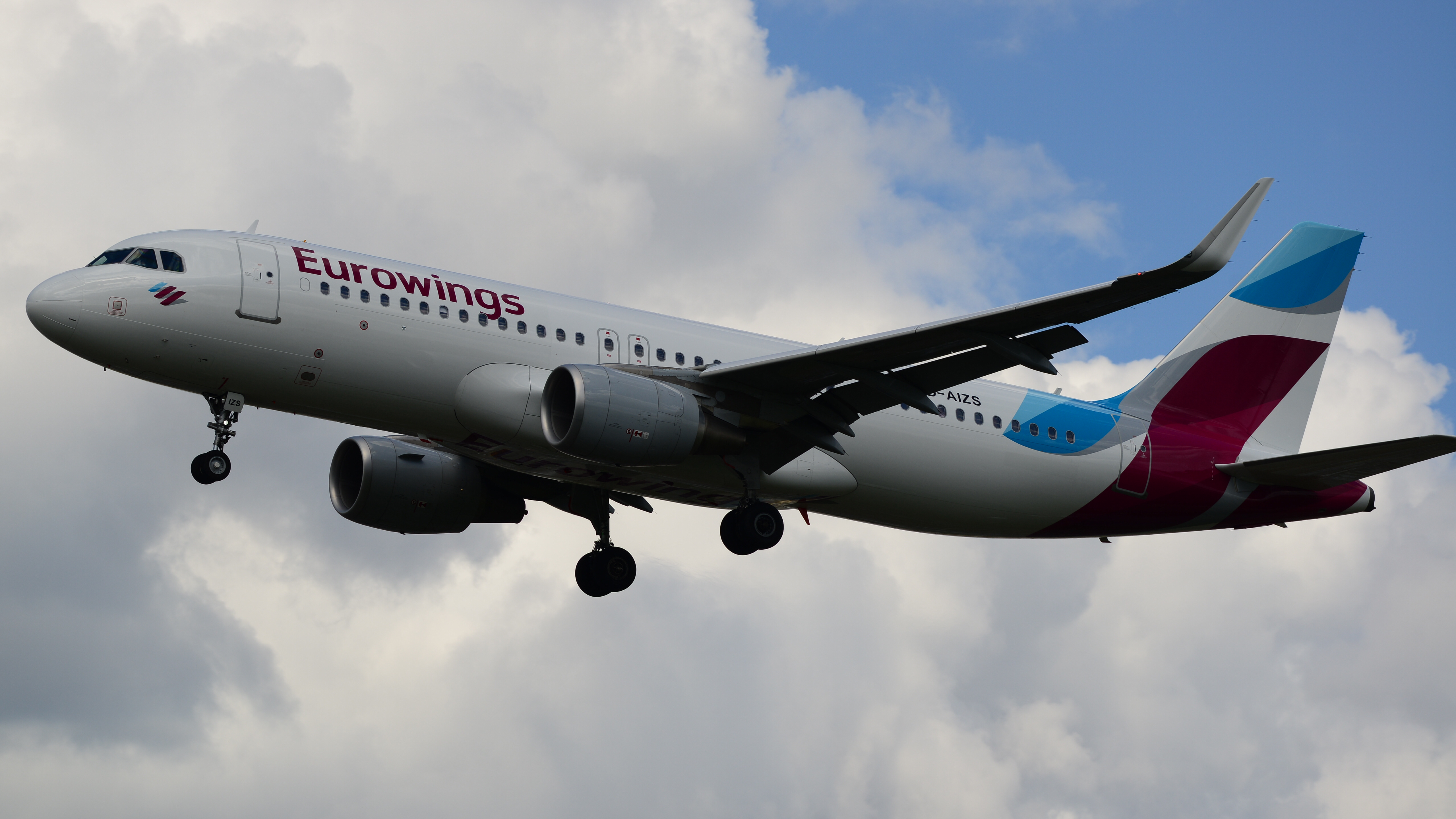 Eurowings,_D-AIZS_Airbus_A320_(17136092688)