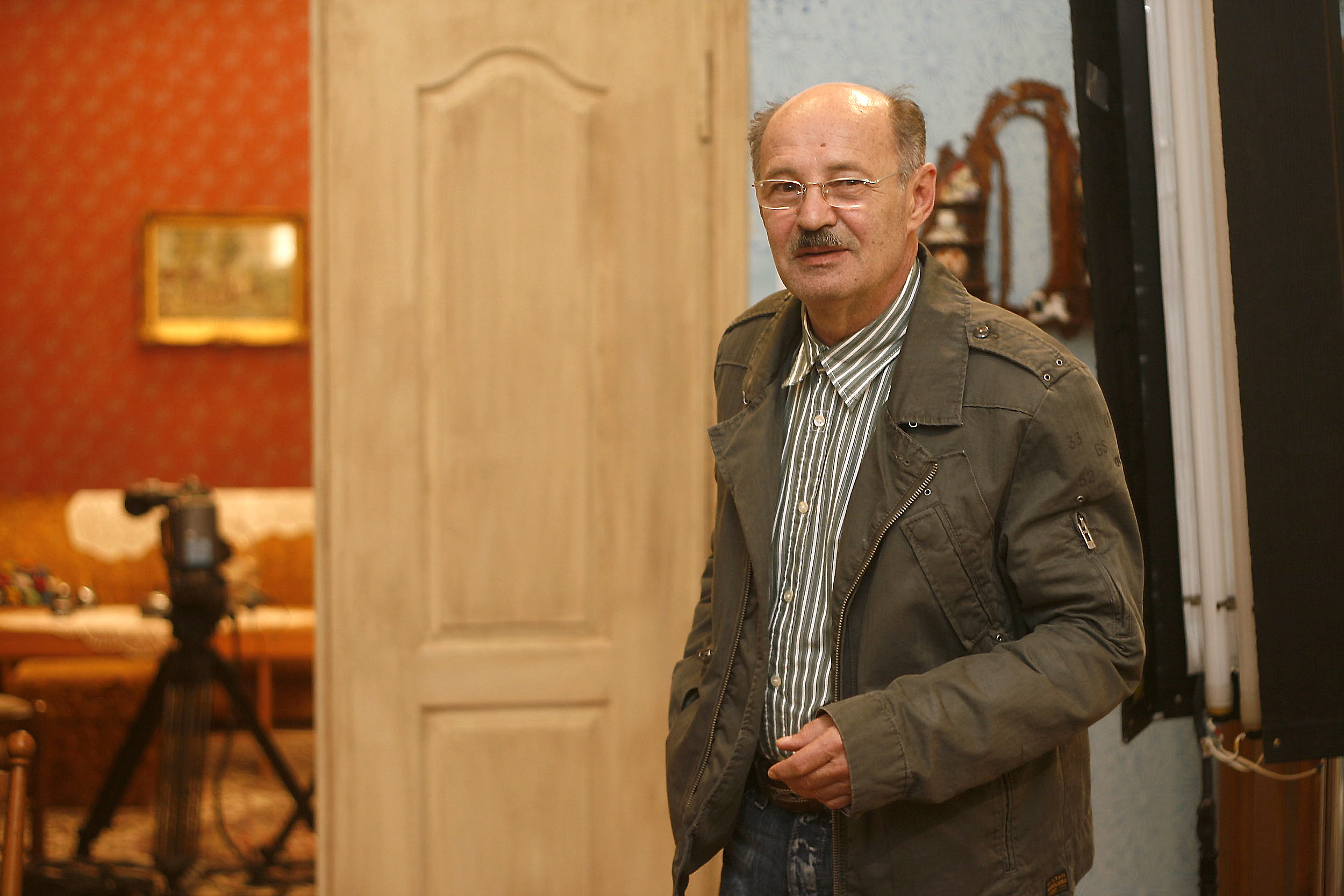 Sarajevo, 171108. Mustafa Nadarevic, na pauzi snimanja serije ''Lud zbunjen normalan''. Foto: V.M.Tauber
