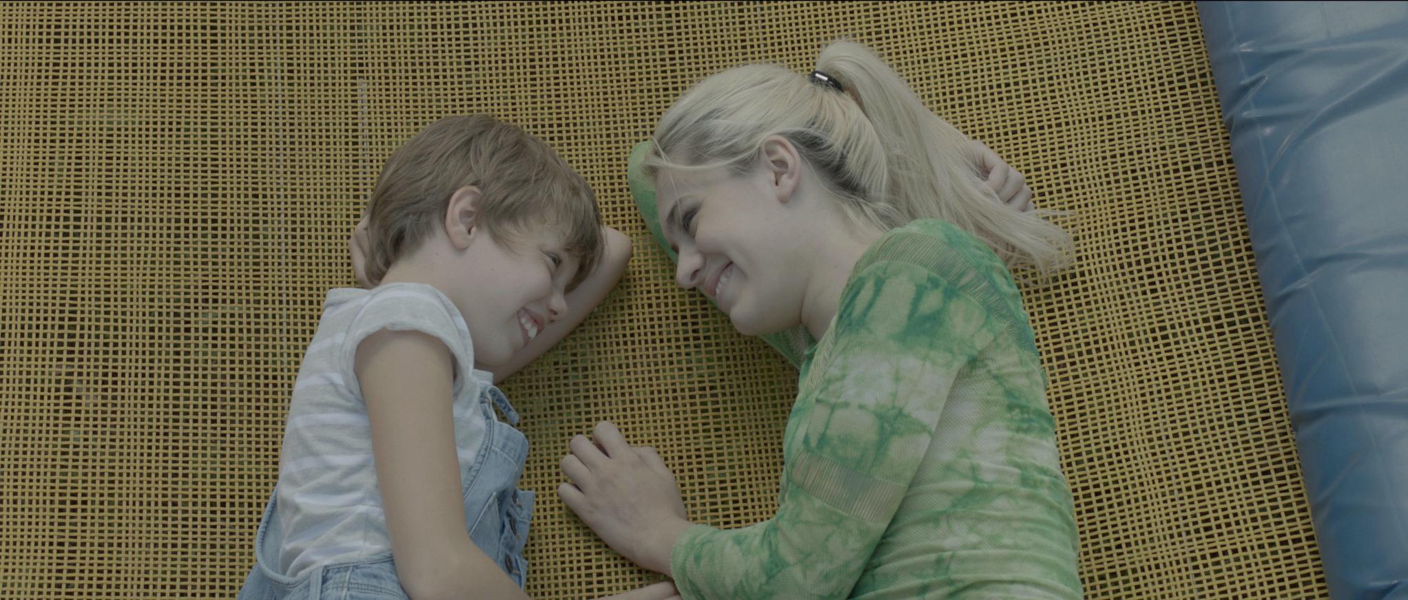 09_Trampolin_film still_Lina i Nika_Trampolin