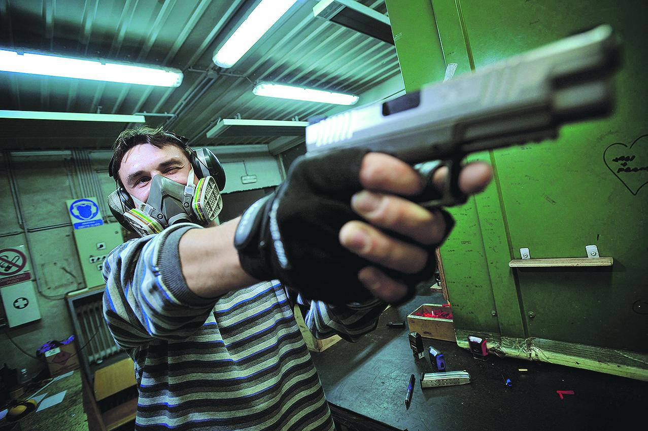 Zaposlenik HS Produkta testira pištolj u streljani koja se nalazi u sklopu tvornice