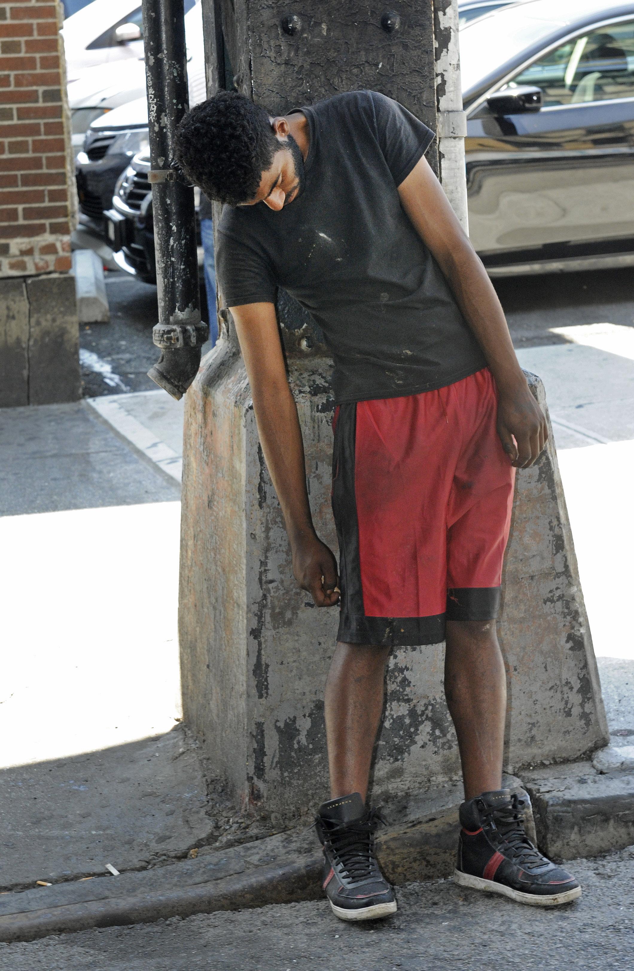 Arhivska fotografija prikazuje mladića koji je konzumirao drogu K2