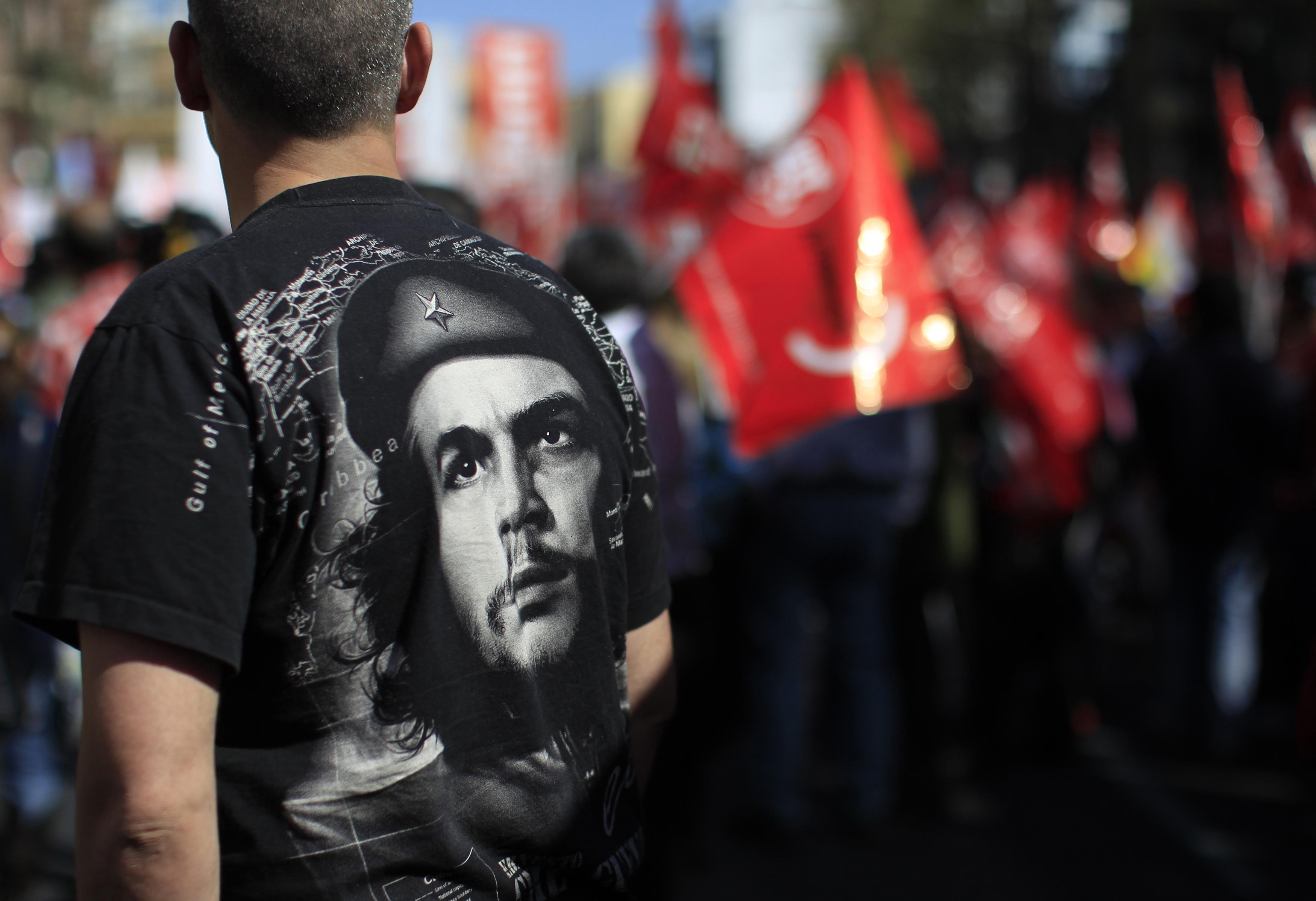 """Čovjek s likom poznatog revolucionara Ernesta """"Che"""" Guecare na majici"""