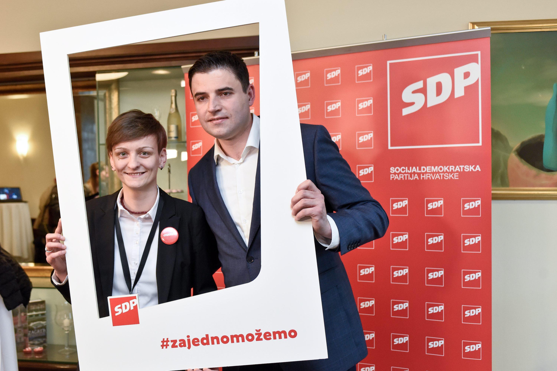 Na fotografiji: Biljana Gaća, novoizabrana predsjednica Foruma mladih SDP-a i Davor Bernardić.