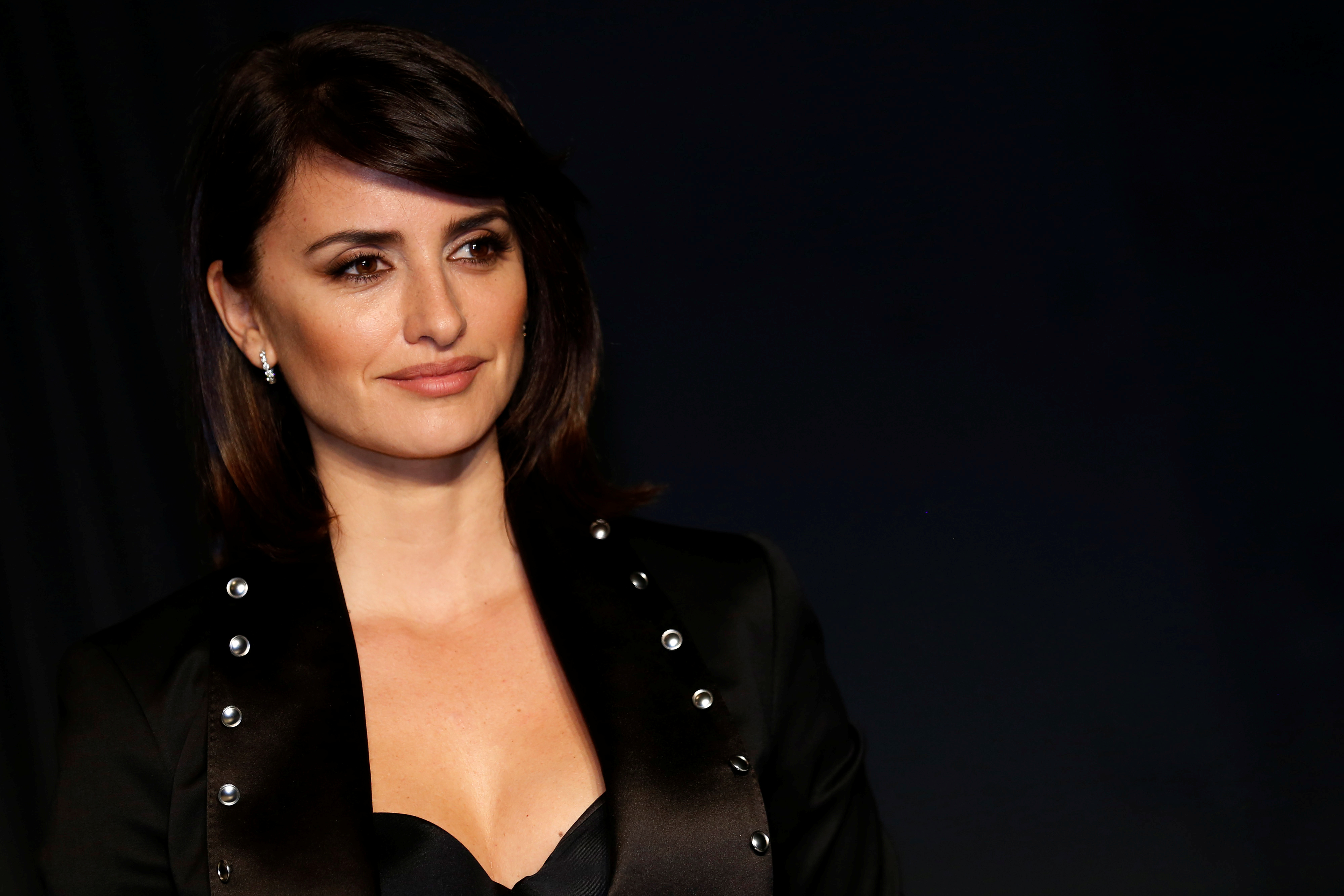 Penelope Cruz arrives for the Burberry catwalk show at London Fashion Week in London, Britain, February 20, 2017. REUTERS/Luke MacGregor - RTSZJCY